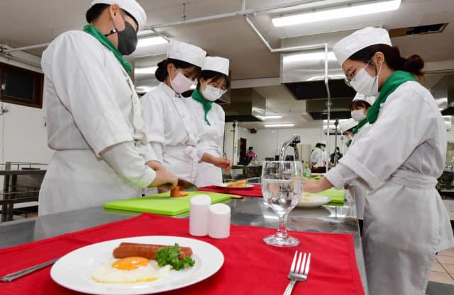 진주 선명여자고등학교 외식조리과 학생들이 서양조리실에서 수업을 하고 있다./성승건 기자/
