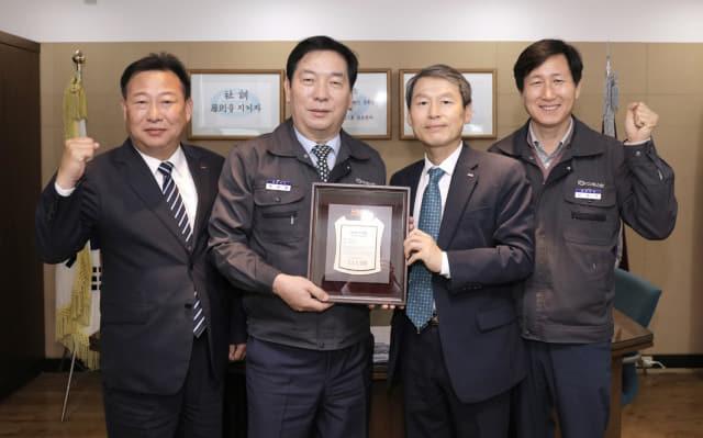 경남은행 김영원(오른쪽 두 번째) 상무가 정병환(오른쪽 세 번째) 대표이사에게 파트너기업 인증패를 전달하고 있다./경남은행/