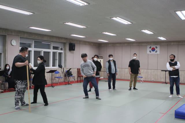 경남오페라단 창단 29주년 기념 오페라 '리골레토' 출연자들이 18일 창신대 예술관에서 연습하고 있다.