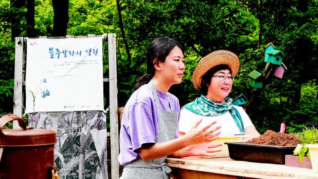 '거제 로컬디자인 섬도' 김은주 대표가 지난해 8월 열린 거제 조선소 청년노동자들의 식물테라피 워크숍 '블루칼라의 정원'에서 이야기를 하고 있다./섬도/