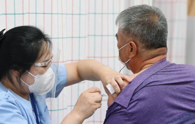 22일 오후 창원의 한 의료기관에서 시민이 독감 예방 접종을 하고 있다./김승권 기자/