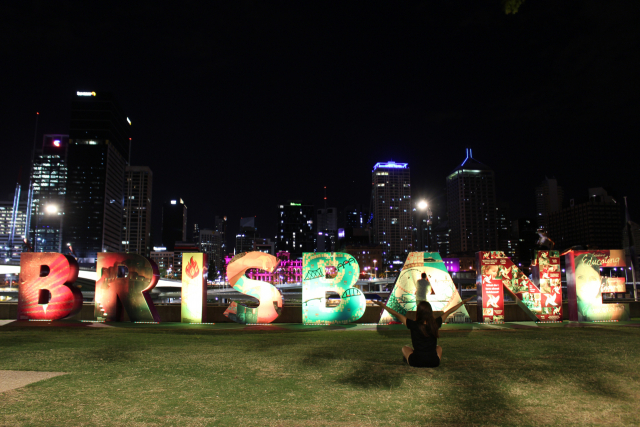 브리즈번 랜드마크 'BRISBANE' 앞에서 찍은 낮(위)과 밤의 기념사진.