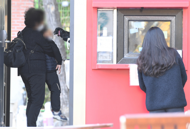 8일 창원시 창원보건소 코로나 19 선별진료소에서 의료진이 한 어린이의 검체를 채취를 하고 있다./김승권 기자/