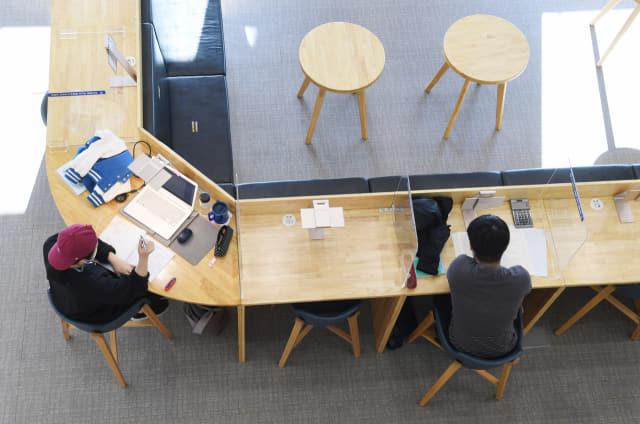 9일 오후 창원시 의창구 경남대표도서관을 찾은 시민들이 칸막이가 설치된 일반자료실에서 책을 보고 있다./김승권 기자/