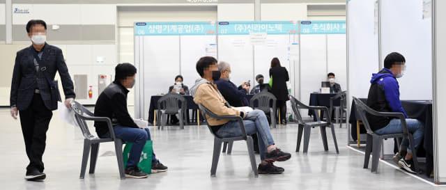18일 오후 창원컨벤션센터에서 열린 잡(JOB)고(GO)말거야 채용박람회에서 구직자들이 채용 면접을 기다리고 있다./김승권 기자/