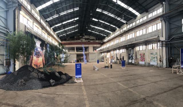 거제 로컬디자인 '섬도'가 기획한 전시 '첫번째 파도'. 전시장으로 거제시 사등면 청강개발 내 폐조선소 공장을 활용했다.