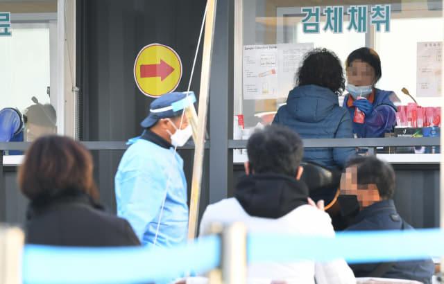 25일 오후 창원시 마산보건소 코로나19 선별진료소에 시민들이 코로나19 검사를 받기위해 대기하고 있다./김승권 기자/