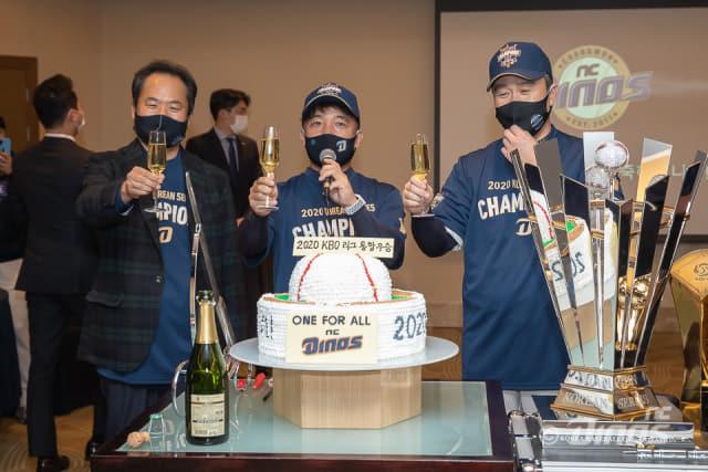 지난 24일 김택진(가운데) 구단주와 황순현 NC 대표, 이동욱(오른쪽) 감독이 한국시리즈 우승을 축하하고 있다./NC다이노스/