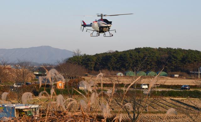 25일 오후 창원시 의창구 주남저수지 인근 들녘 상공에서 드론을 이용한 고병원성조류인플루엔자(AI) 방역에 앞서 시험 비행을 하고 있다./김승권 기자/