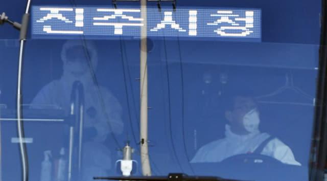 25일 오후 코로나19 관련자를 태운 진주시 버스가 창원시 마산의료원에 도착하고 있다./김승권 기자/