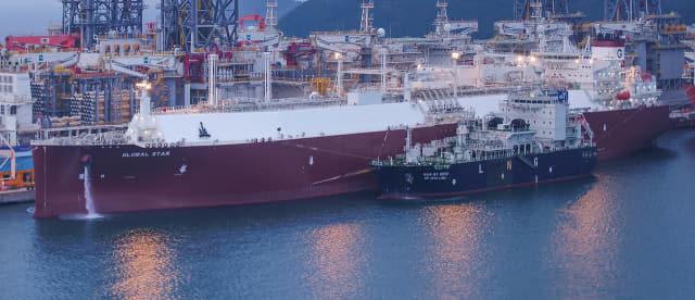 대우조선해양 옥포조선소에서 세계 조선업계 최초로 '선박 대 선박 LNG 선적작업'이 진행되고 있다./대우조선해양/