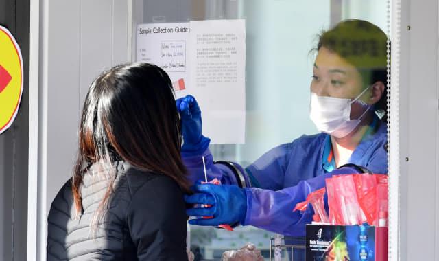 11월 27일 오전 창원시 마산보건소 선별진료소에서 의료진이 검체 채취를 하고 있다./성승건 기자/