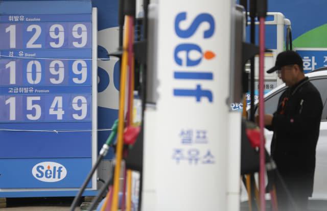 이번 주 전국 주유소 기름값이 13주 연속 하락했지만, 낙폭은 0원대에 그쳤다. 지난 21일 한국석유공사 유가정보서비스 오피넷에 따르면 11월 셋째 주 전국 휘발유 판매 가격은 지난주보다 0.9원 내린 ℓ당 1천317.4원이었다. 사진은 22일 서울 시내 주유소 모습. 연합뉴스