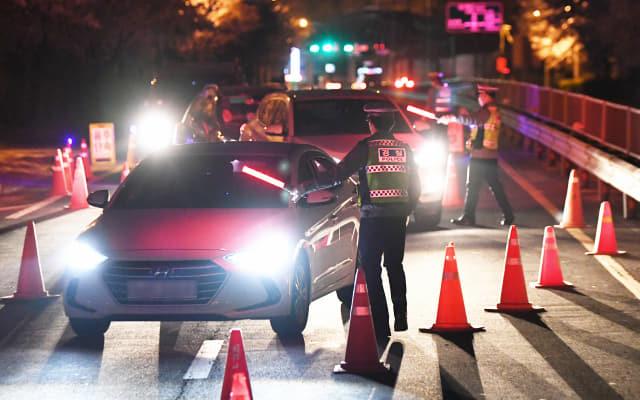 음주 의심 차량을 가려내기 위해 S자형 고깔이 세워놓고 음주 단속을 하고 있다. /경남신문 자료사진/