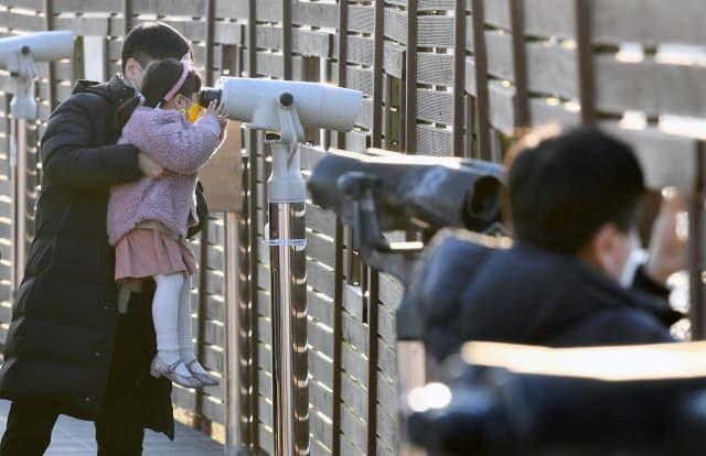 6일 오후 창원시 의창구 주남저수지를 찾은 시민들이 탐조대 앞 망원경으로 철새를 관찰하고 있다./김승권 기자/