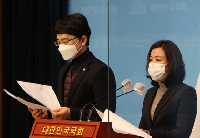 국민의힘 황보승희, 김병욱 의원이 3일 기자회견하고 있다./연합뉴스/