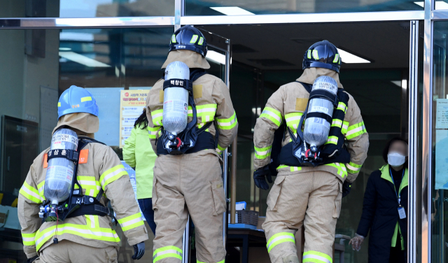 지난 8일 창원시 의창구 한 병원의 화재감재기 오작동으로 출동한 북면 119안전센터 소방대원들이 혹시 모를 화재 요인이 있는지 확인하고 있다./성승건 기자/