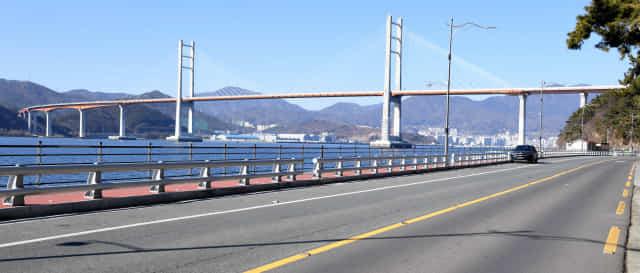주말인 10일 오후 평소 낚시꾼들과 나들이객들이 타고 온 차량들로 가득했던 창원시 성산구 귀산동 일대 도로가 한산하다./성승건 기자/