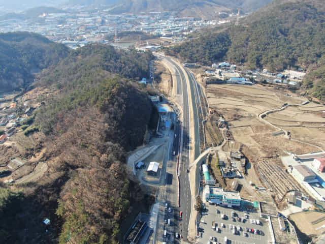 6개 차로 중 3차로를 임시 개통하는 김해시 지방도 1042호선./김해시/