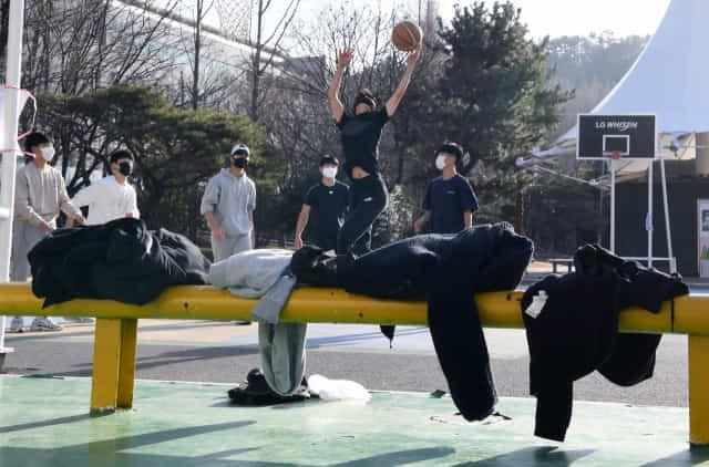낮 최고 기온이 14도를 기록하며 포근한 날씨를 보인 14일 오후 창원 만남의 광장에서 고등학생들이 외투를 벗고 반팔 차림으로 농구를 하고 있다./김승권 기자/