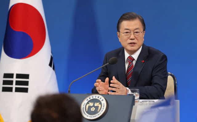 문재인 대통령이 18일 청와대 춘추관에서 열린 신년 기자회견에서 기자의 질문에 답하고 있다. 연합뉴스