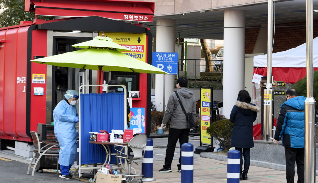 18일 오전 창원시보건소 선별진료소에 코로나19 검사를 받기 위한 시민들이 줄을 서 있다./성승건 기자/