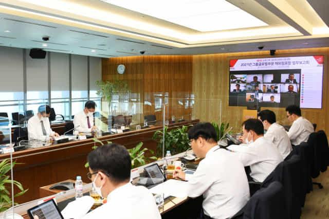 19일 BNK 본사에서 열린 '2021년 그룹글로벌부문 해외점포장 업무보고회'에서 글로벌부문 임직원들이 화상회의를 하고 있다./BNK금융/