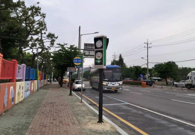 진주 정촌초등학교 앞에 설치돼 있는 미세먼지 신호등./진주시/