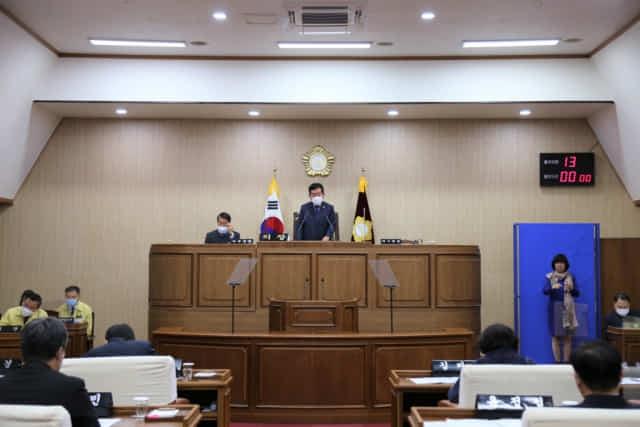 지난 20일 통영시의회 본회의에서 대정부 건의안을 채택하고 있다./통영시의회/