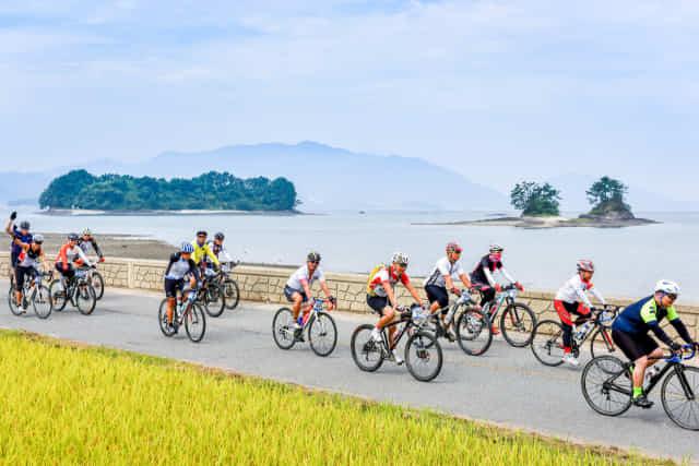 자전거동호회원들이 풍광이 수려한 남해군 설천면 노량~삼동면 지족 해안도로를 따라 라이딩을 즐기고 있다./남해군/