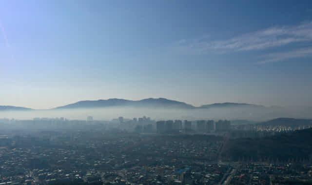 21일 오전 창원시내에 푸른 하늘과 도심사이에 잿빛을 띤 오염띠가 형성되어 있다./김승권 기자/