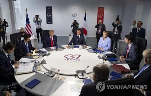 2019년 8월 26일(현지시간) 프랑스 비아리츠에서 도널드 트럼프(왼쪽 3번째) 미국 대통령, 앙겔라 메르켈(왼쪽 5번째) 독일 총리를 비롯한 주요 7개국(G7) 정상 등이 원탁 회의를 하고 있다. [EPA=연합뉴스 자료사진]