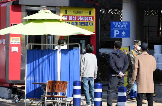 25일 오후 창원시보건소 선별진료소에 코로나19 검사를 받기 위한 시민들이 줄을 서 있다./성승건 기자/