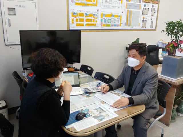 25일 오전 하재갑 한국공인중개사협회 경남지부장이 창원 의창구 소재 본인의 사무실에서 부동산 관련 세금 상담을 진행하고 있다.