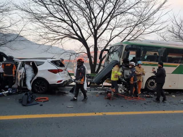 27일 오전 7시 17분께 하동군 하동읍 교차로 인근 도로에서 승용차와 시외버스가 충돌해 하동군청 소속 운전직 공무원 A씨가 숨지고 6명이 부상을 입었다./하동소방서/