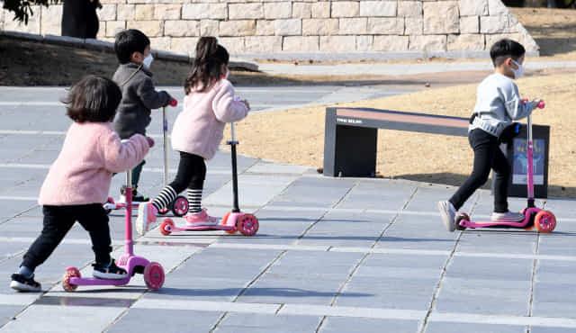 완연한 봄 날씨를 보인 7일 오후 창원용지문화공원을 찾은 아이들이 가벼운 옷차림으로 퀵보드를 타고 있다./성승건 기자/