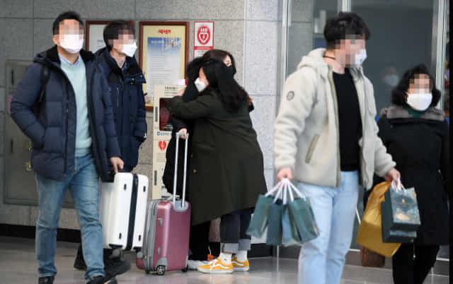 설 연휴를 이틀 앞둔 9일 서울역을 출발해 창원중앙역에 도착한 한 시민이 마중나온 가족과 포옹하고 있다./김승권 기자/