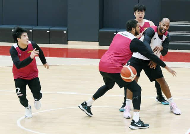 창원 LG 세이커스 선수들이 17일 오후 창원실내체육관 내 훈련장에서 전술 훈련을 하고 있다./김승권 기자/