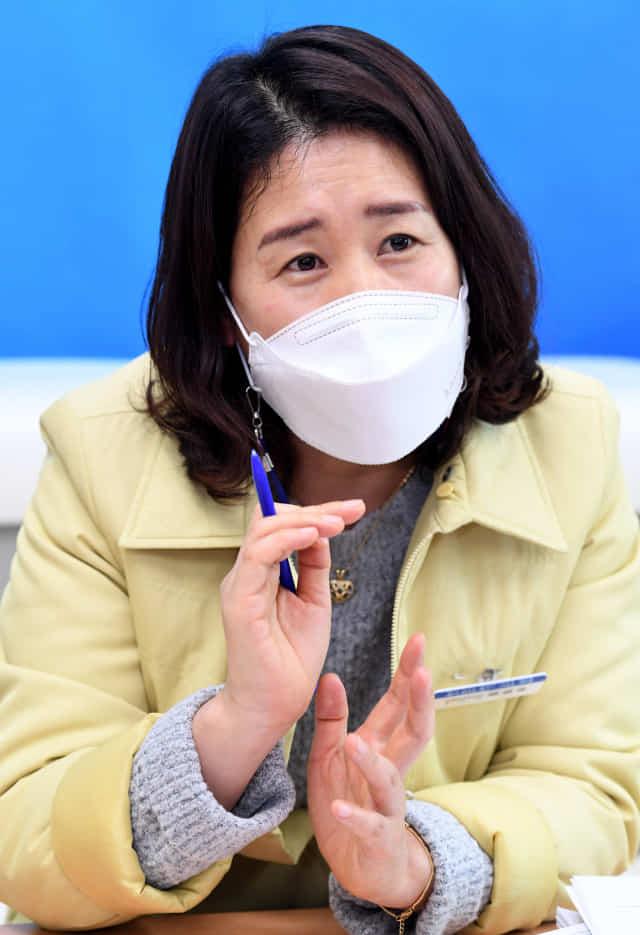 박경숙 경남도 감염병대응 계장이 코로나19 지난 1년에 대해 얘기하고 있다./성승건 기자/