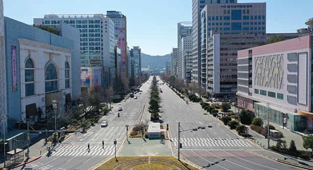 첫 코로나 확진자가 발생했던 지난해 2월 롯데백화점 창원점 인근 도로가 텅 비어 있다./경남신문 DB/