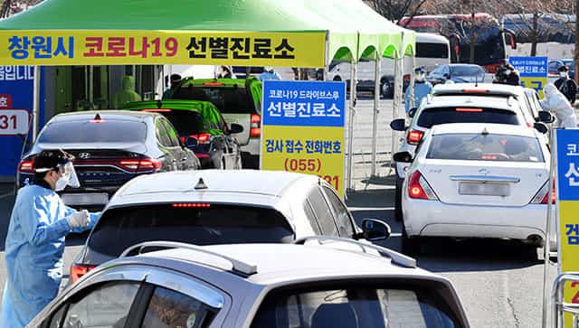 창원스포츠파크 드라이브스루 선별진료소에서 차량에 탑승한 시민들이 검사를 기다리고 있다./경남신문 DB/