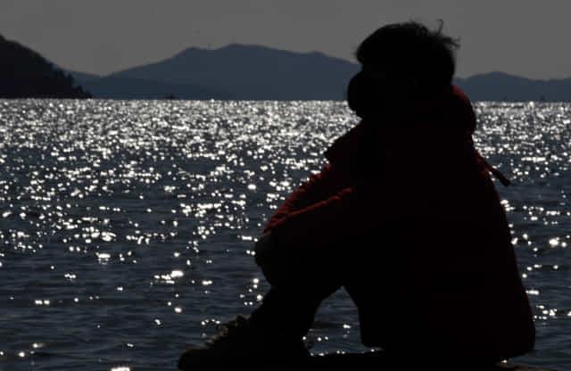 안대훈 기자가 창원시 마산합포구 가포 해안변공원에서 뇌 휴식을 위한 멍때리기를 하고 있다./성승건 기자/