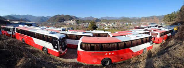 18일 오후 창원시내 한 관광버스 차고지에 코로나19 여파로 운행을 멈춘 관광버스들이 줄지어 서 있다./성승건 기자/