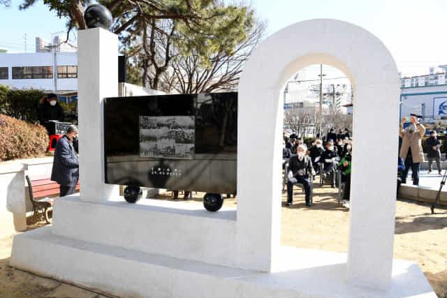 18일 오후 창원시 마산합포구 3·15의거 기념탑공원에서 '3·15의거 기념조형물' 제막식이 열리고 있다./성승건 기자/