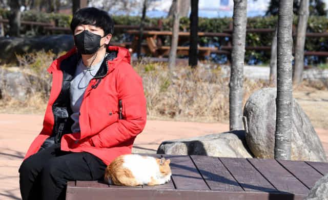 창원시 마산합포구 가포해안변 공원에서 안대훈 기자가 뇌 휴식을 위한 멍을 때리고 있다./성승건 기자/