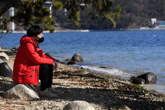 안대훈 기자가 창원시 마산합포구 가포 해안변공원에서 안대훈 기자가 뇌 휴식을 위한 멍을 때리고 있다./성승건 기자/