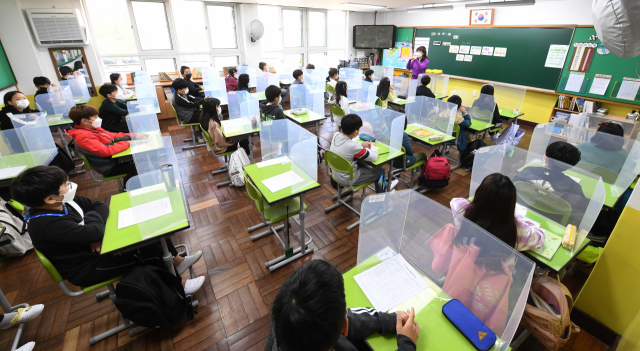 지난해 10월 창원시 의창구 용호초 4학년 1반 학생들이 교실에서 수업을 받고 있다. 전교생이 등교한 이날 처음으로 반 학생 모두가 한 교실에 모였다./경남신문 DB/