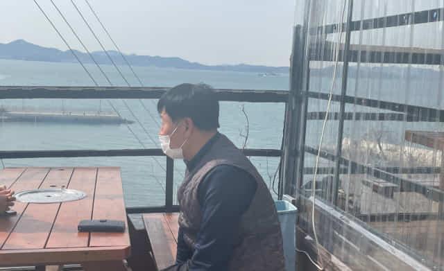 23일 가덕도 대항어촌마을 통장 허섭 씨가 기자와 가덕도 공항 건설 관련 의견을 나누고 있다.