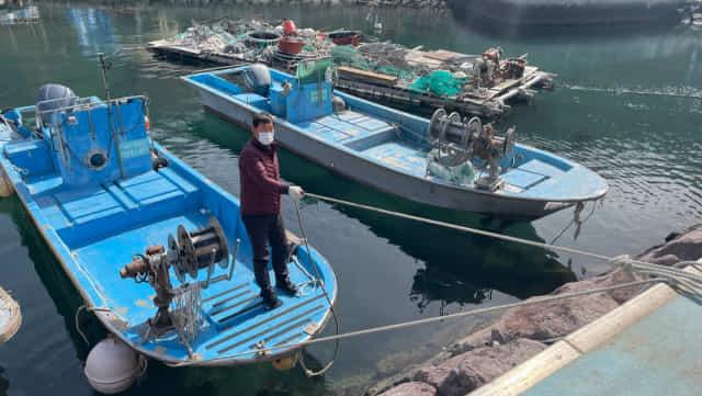 23일 대항어촌마을에서 낚싯배를 운영하는 김영섭씨가 배를 선착장에 고정시키고 있다.