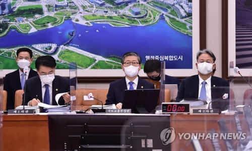 변창흠 국토교통부 장관(가운데)과 차관들이 지난 2월 22일 국회에서 열린 국토교통위원회 전체회의에 출석하고 있다. [연합뉴스 자료사진]